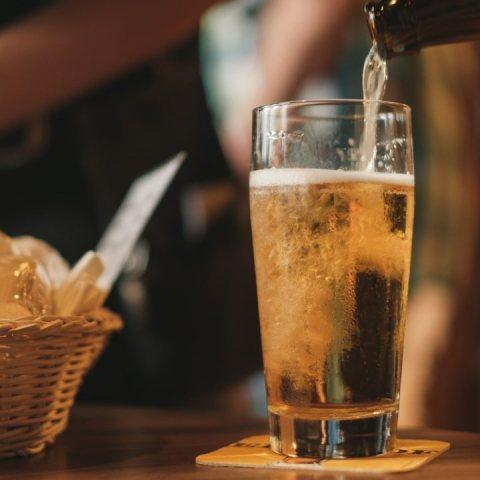 Beber cerveza te hace un mejor amante segun un estudio, conoce sus beneficios en el sexo