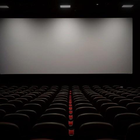 Crea un cine en casa y diviértete en familia sin riesgo alguno