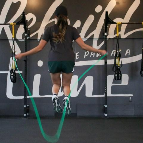 Quema más calorías en menos tiempo con estas 5 formas de saltar la cuerda
