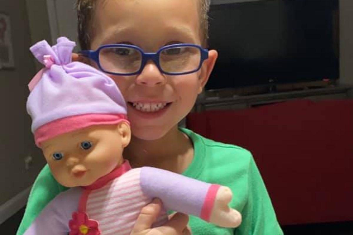 niño pide de regalo una muñeca a su mama