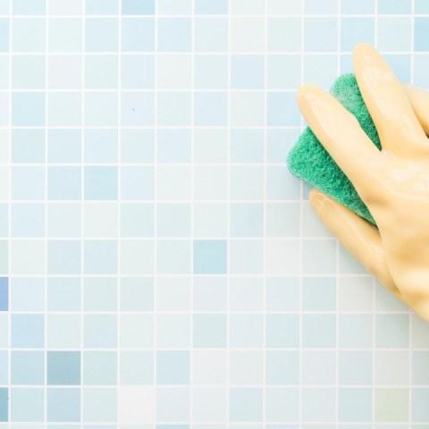 manchas de agua en el baño