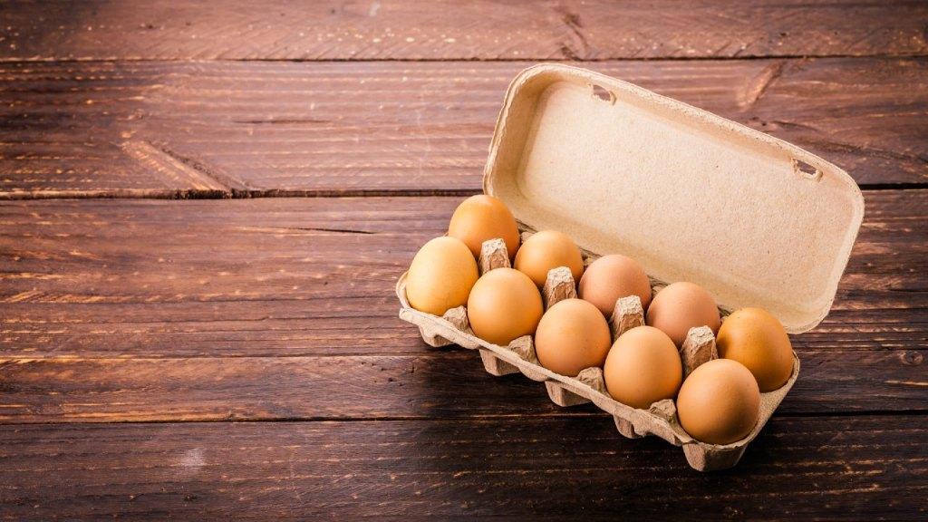 cómo lavar los huevos