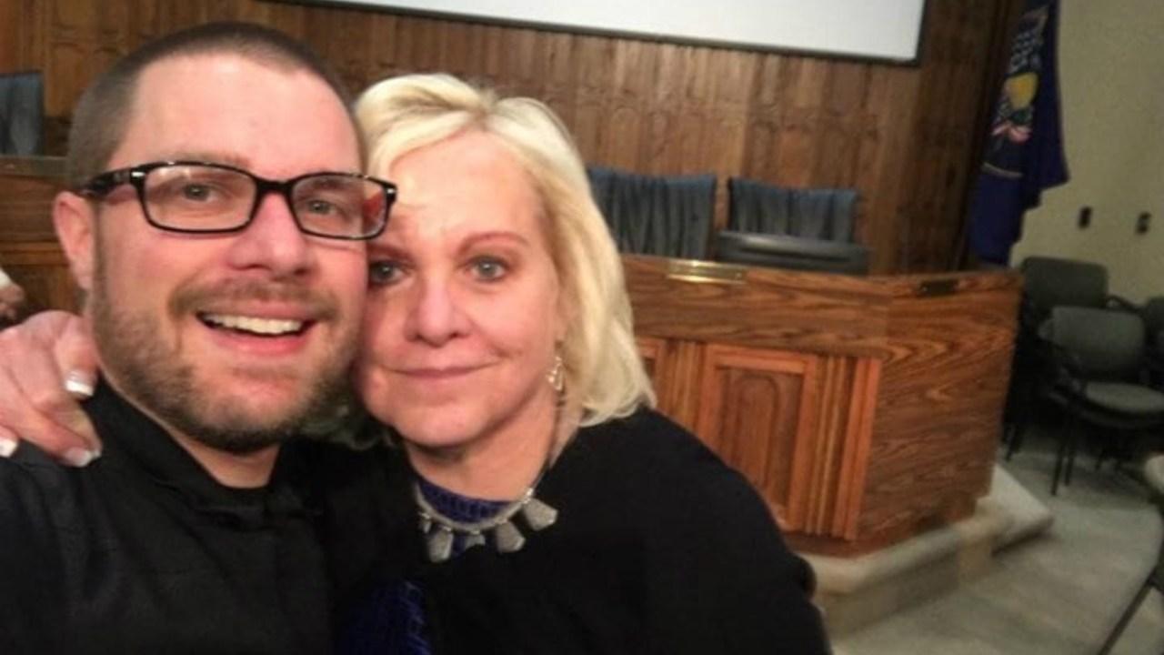 suegra madre de clint criticaba a mujer por casa desordenada