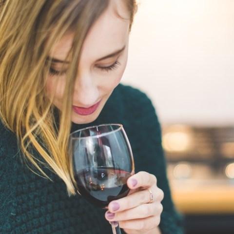 beber vino ayuda a combatir covid 19 estudio