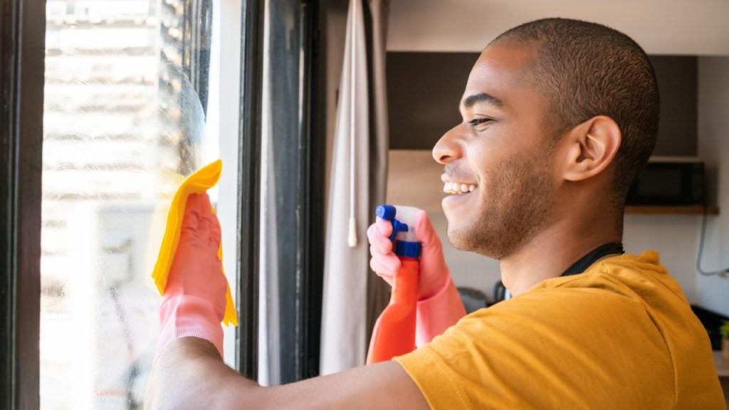 limpiar mesas de vidrio puertas espejos baños cocina