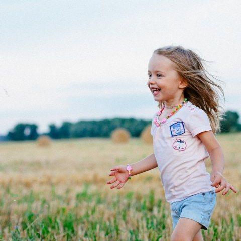 niño realmente feliz es el que corre