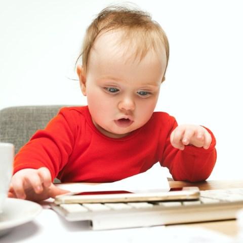 bebé celular juega desarrollo lingüístico habla