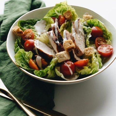 errores comunes al hacer ensaladas con pollo que arruinan su sabor