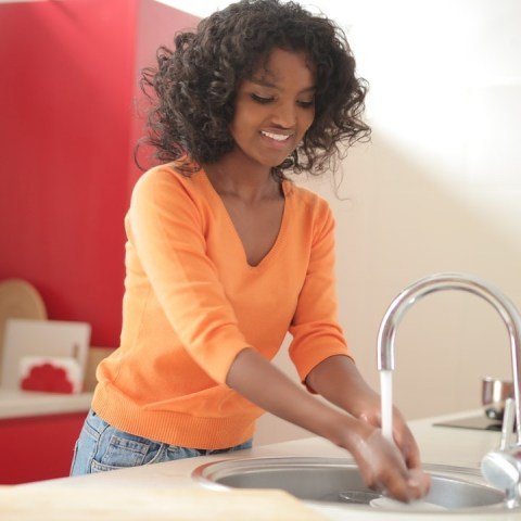 Como recuperar el brillo del fregadero de tu cocina dependiendo material