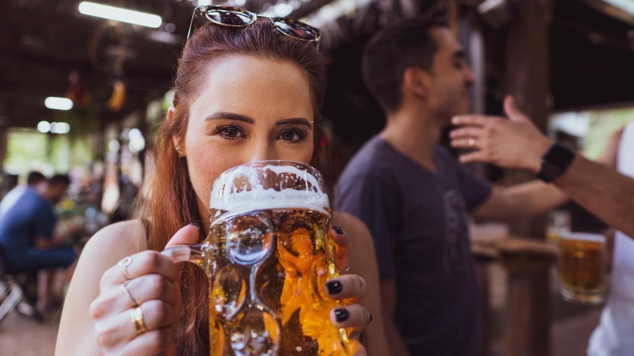 fingir que eres feliz te lleva a beber más bebidas alcohólicas