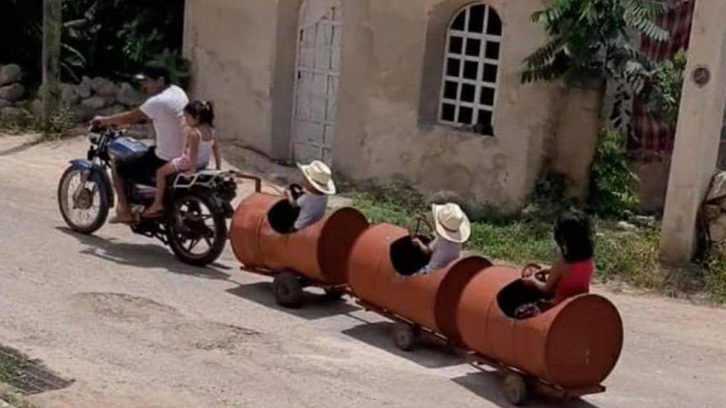 Papa fabrica un adorable trenecito de barriles para sus hijos