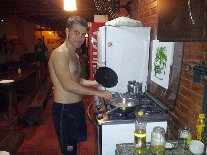 Cocinando en el hostel