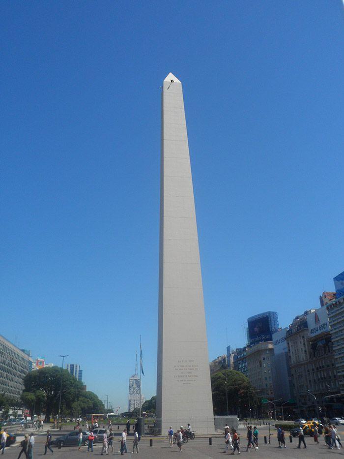 Famoso e impresionante obelisco de la Avenida 9 de julio de Buenos Aires