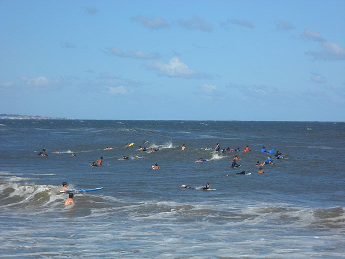 Playa abarrotada de surfistas en Punta del Este