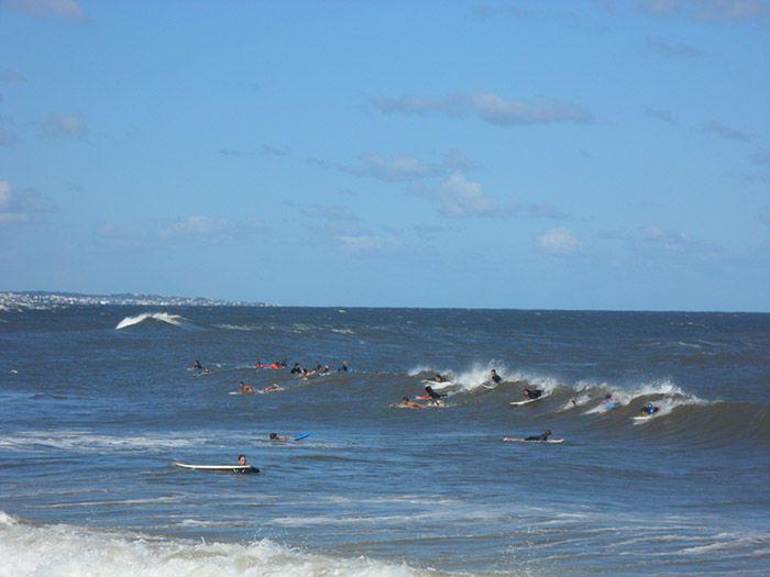 Surfistas peleando por una ola en Punta del Este
