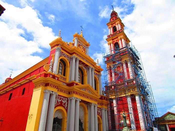 Una de las coloridas iglesias que hay en Salta