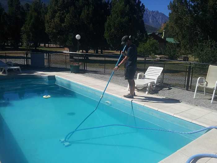 ¡El encargado de la piscina más guapo del mundo!