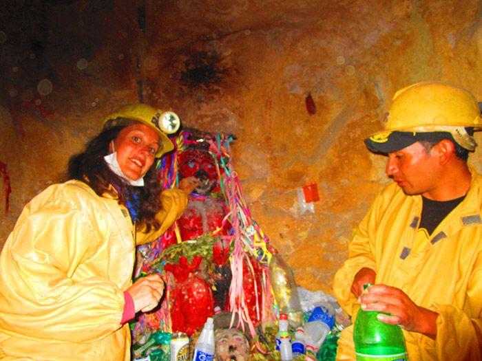 Ofrendas al Tío de la Mina, en Potosí