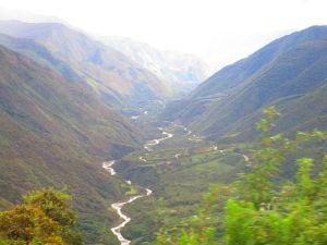 Infinitas carreteras de curvas entre enormes montañas