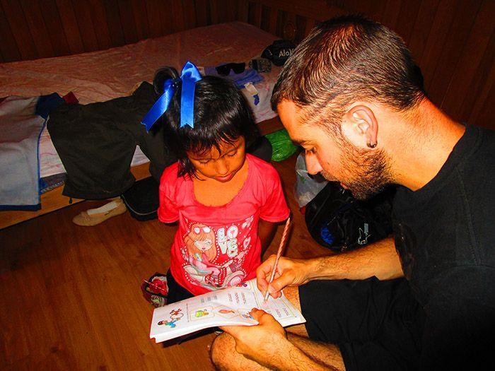 Haciendo los deberes con la pequeña de la casa