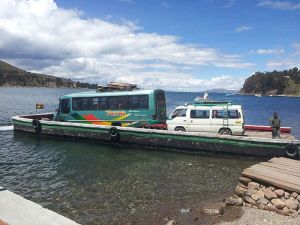Camino de Copacabana te separarán de tu bus y tu mochila para cruzar un pequeño estrecho.