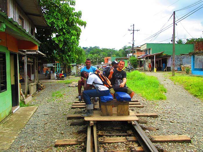 Esta especie de vehículo en forma de palé encima de la vía del tren... ¡son las famosas BRUJITAS!