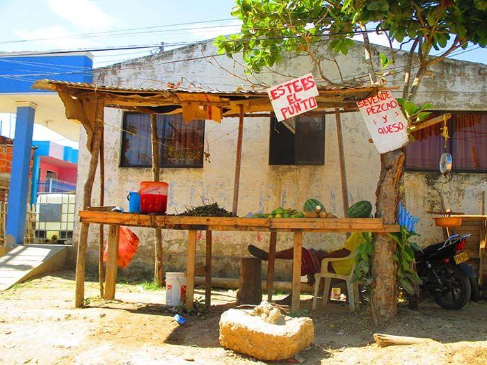 """Parada de """"pezcao"""" en Pasacaballos, camino a Playa Blanca"""