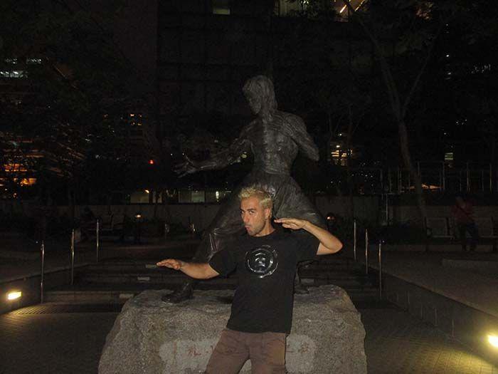 Costó encontrarlo... pero al final Ivan se pudo fotografiar con su querido Bruce Lee