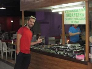 """Buffet del patio de comidas del """"foodcourt"""" dentro del Glodok Plaza"""
