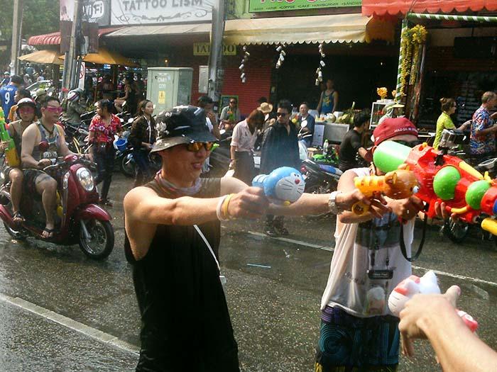 Guerra de agua en Tailandia festival Songkran