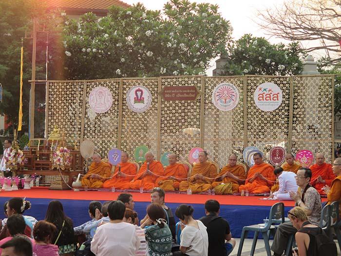 Monjes budistas cantando en una plaza de Chiang Mai durante el Songkran.