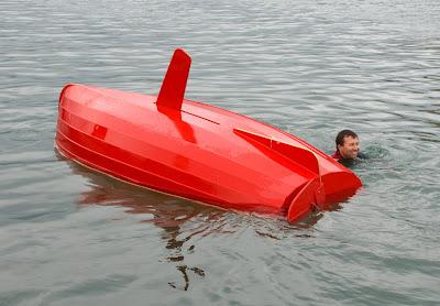 Redresser le bateau sans aide extérieure. Il n'est pas permis plus de trois essais de redressement, chacun étant limité à 5 minutes.