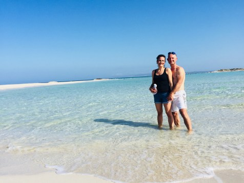 Pareja sobre aguas cristalinas en Formentera