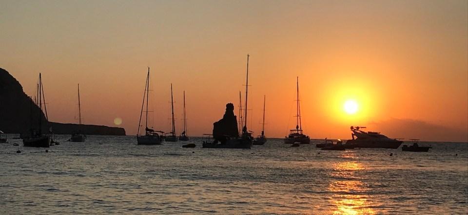 Barcos Puesta de Sol Cala Benirras Ibiza