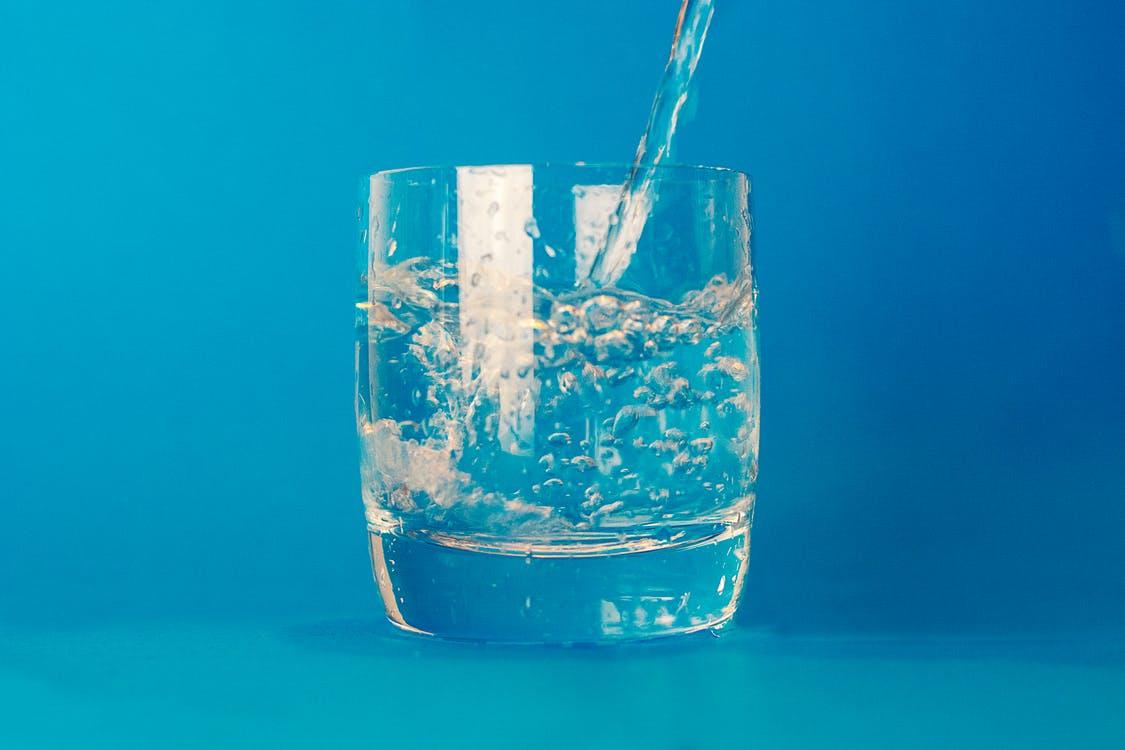 Is het beter om in 1 keer veel te drinken of verdeeld over de dag?