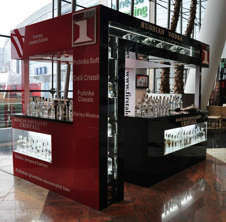 Stand personalizat de prezentare din plexiglas, cu structura metalica, vitrine iluminate, grafica personalizata