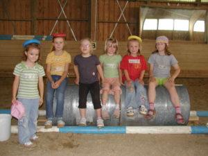 Geduldig warten die Kinder, bis sie aufs Pferd dürfen.