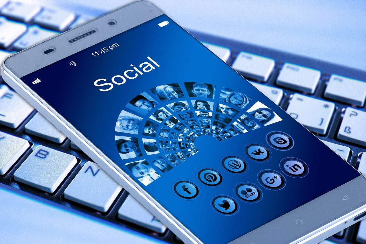 Mobiele telefoon met sociale media iconen