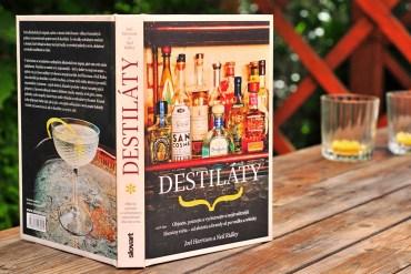kniha destiláty poháre