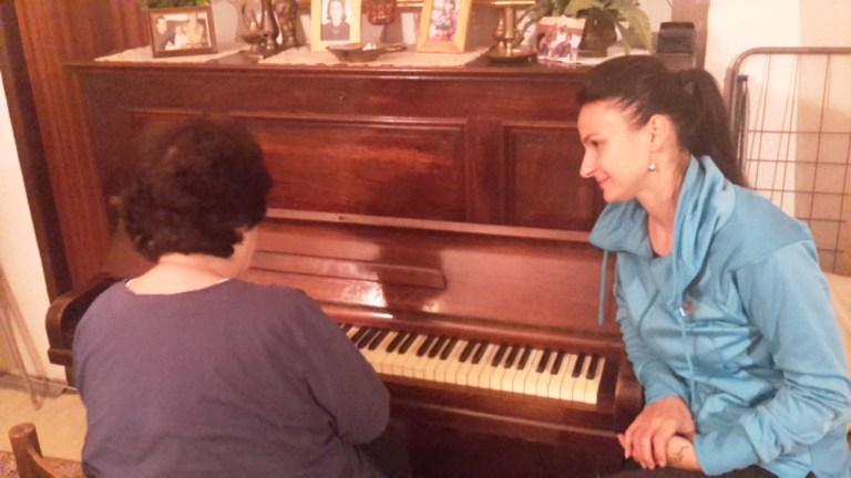 Dôchodkyňa Elena, ktorej profesionálna vnučka pomáhala s realizáciou klavírneho koncertu. Archív: Jana Danišová