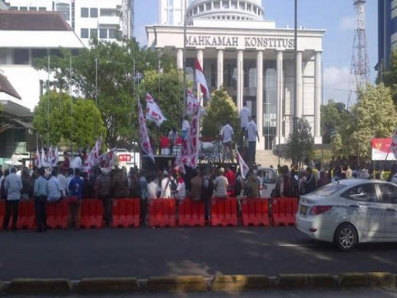 Gedung MK Disambangi Ribuan Pendukung Prabowo-Hatta