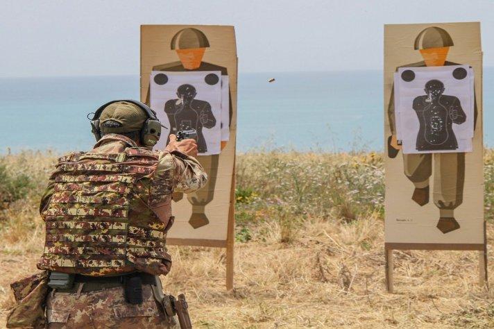 1. Lezione di tiro con pistola