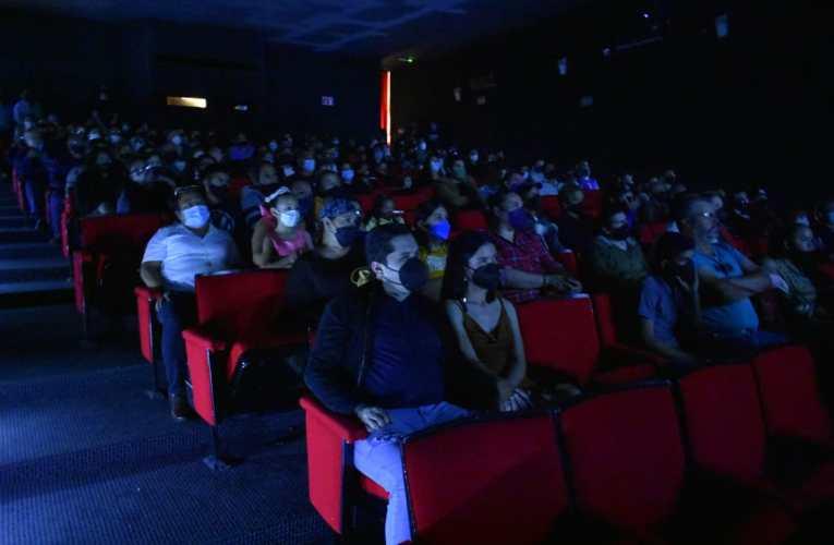 """Entre aplausos recibe el público parralense la gran premier del cortometraje """"La Plata no Sangra"""""""