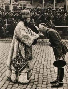 Ion Antonescu sarutand Evanghelia