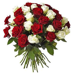 buchet din trandafiri rosii si albi