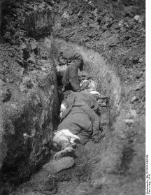 Soldati romani raniti, capturati de trupele austro-ungare.