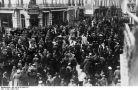 Calea Victoriei din Bucureşti după anunţarea semnării armistiţiului dintre România şi Puterile Centrale.