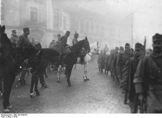 Generalul August von Mackensen primeste parada trupelor austro-ungare in Bucuresti.
