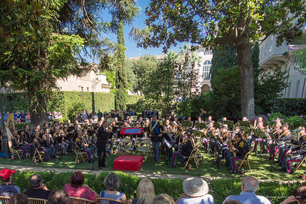 Koncert vojnog orkestra u vrtu predsednikove rezidencije