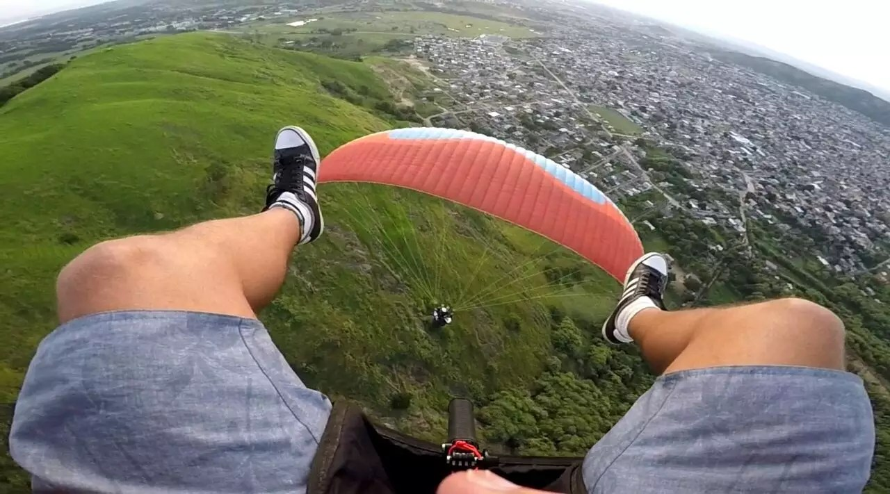 Foto criativa no voo de parapente em Paciência RJ, como se estivesse pisando no parapente em voo